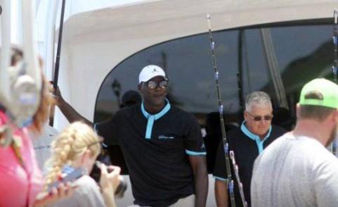 Michael Jordan recibe ovación por pescar uno de los ejemplares más grandes