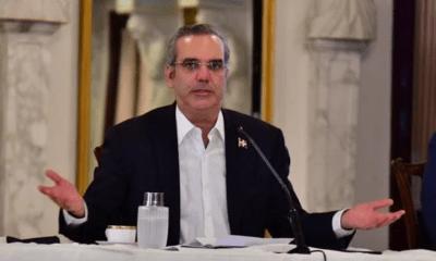 Luis Abinader golpea la mesa molesto y dice, no hay rango que esté por encima de la ley