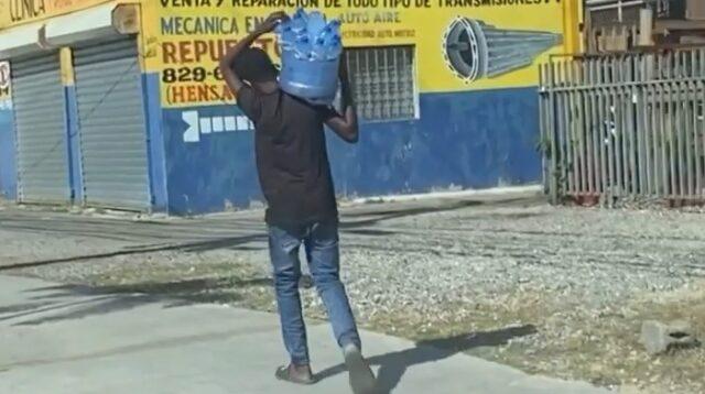 Un Joven hace tremendo gestó de humanitario a un niño