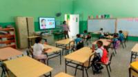 Las clases en las escuelas públicas volverán a ser impartidas a distancia